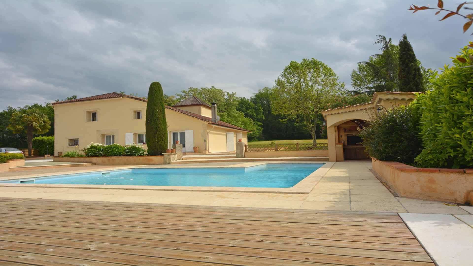 Maison de campagne de 250m2 avec pigeonnier piscine 2has for Maison moderne 250m2